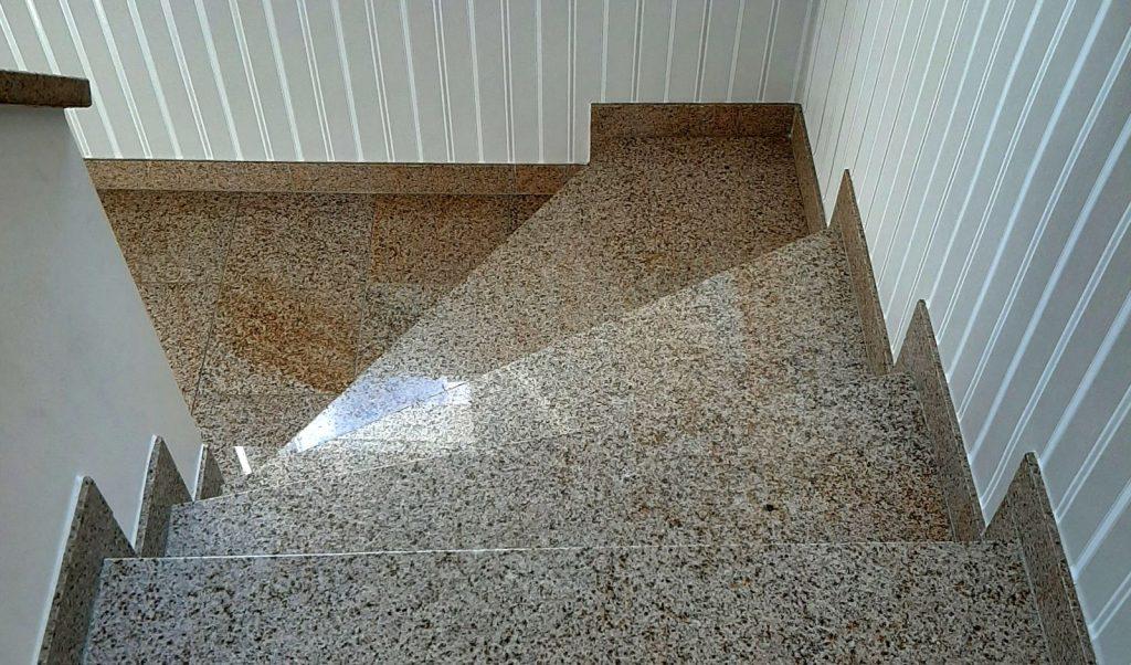 Tritt- und Setzstufen Gewendelt Golden-Leaf-Granit